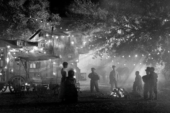 blancanieves-2012-001-night-circus-caravan-campfire-dwarves