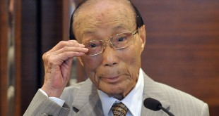 Sir Run Run Shaw prepares to speak at th