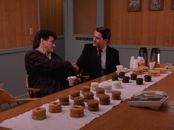 TwinPeaks_S01E01_Donuts