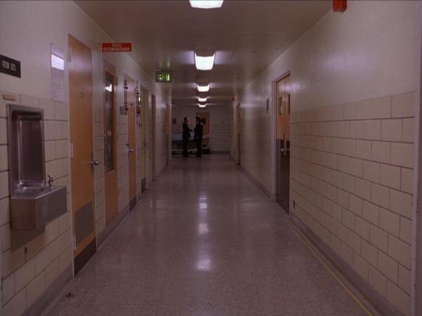 TwinPeaks_S01E01_Hallway1