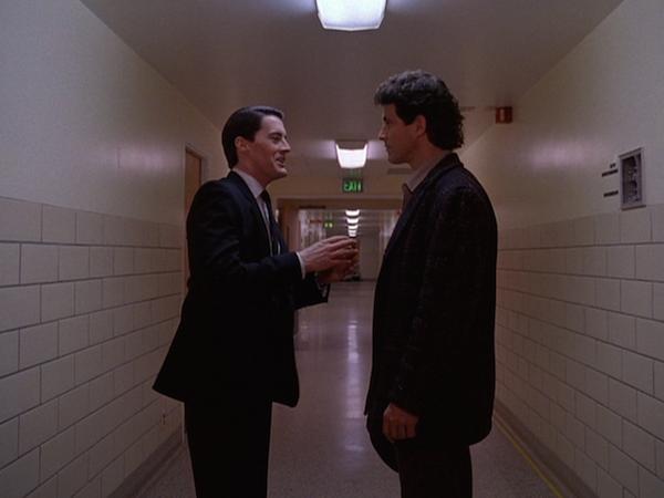 TwinPeaks_S01E01_Hallway2