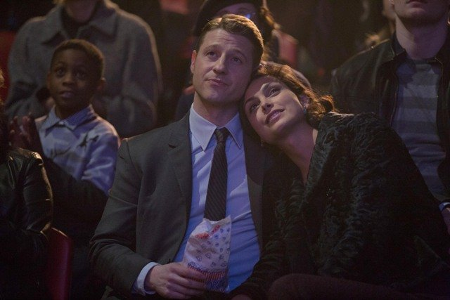 """GOTHAM: Detective James Gordon (Ben McKenzie, L) takes Dr. Leslie Thompkins (Morena Baccarin, R) to the circus in the """"The Blind Fortune Teller"""" episode of GOTHAM airing Monday, Feb. 16 (8:00-9:00 PM ET/PT) on FOX. ©2015 Fox Broadcasting Co. Cr: Jessica Miglio/FOX"""