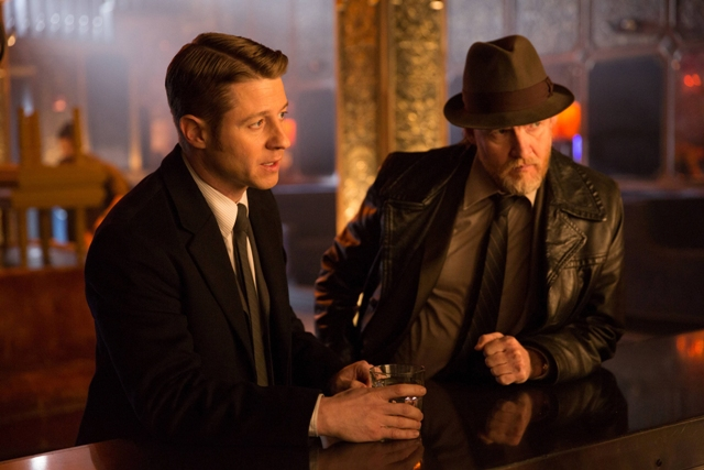 GOTHAM: Benjamin McKenzie (Gordon, L) and Donal Logue (Bullock, R) question a bartender in the ?Beasts of Prey? episode of GOTHAM airing Monday, April 13 (8:00-9:00 PM ET/PT) on FOX.  ©2015 Fox Broadcasting Co. Cr: Jessica Miglio/FOX