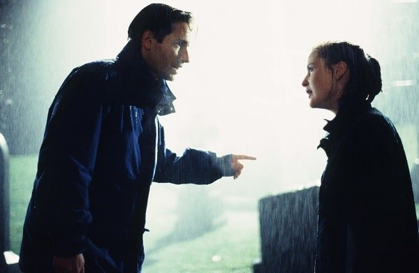 Mulder_and_Scully_raining_pilot