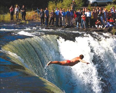 Di Huanran – 58 feet, Diaoshuilou Waterfall