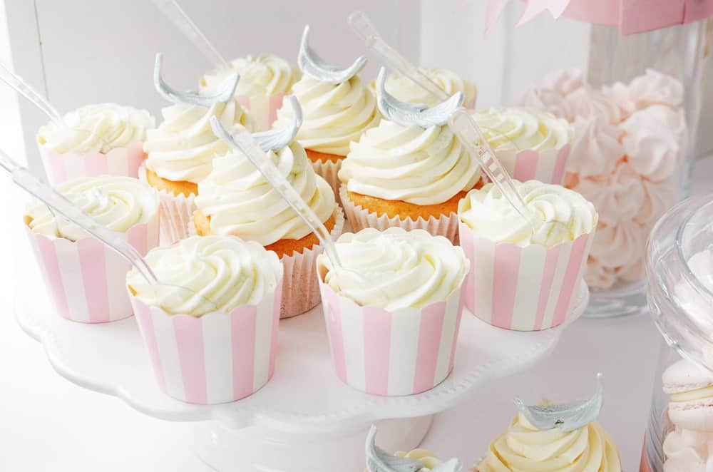 Traditional Cupcakes with Vanilla Frosting