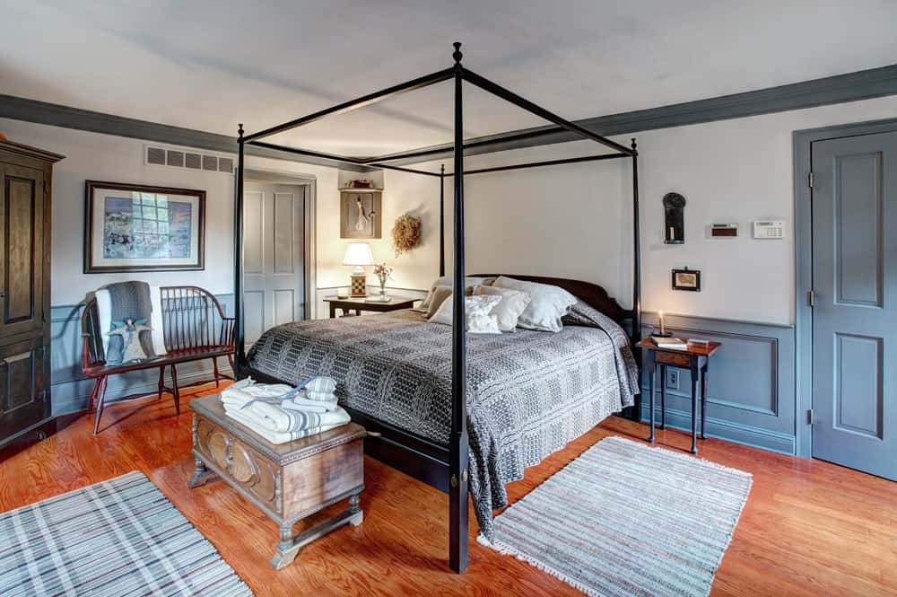 This colonial-style master suite is a gorgeous room to rest after a long day of touring St. Augustine. You can find such rooms in St. Frances Inn.